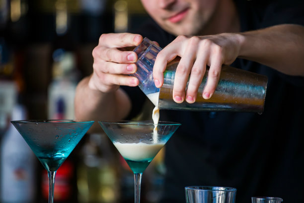Bartender จิตรกรแต่งแต้มสีสันบนเครื่องดื่ม | จ๊อบส์ดีบี